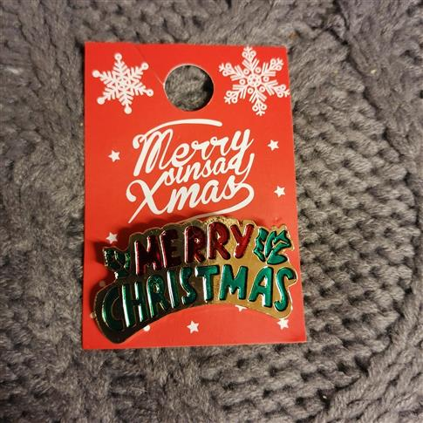Markowa broszka Sinsay Merry Christmas